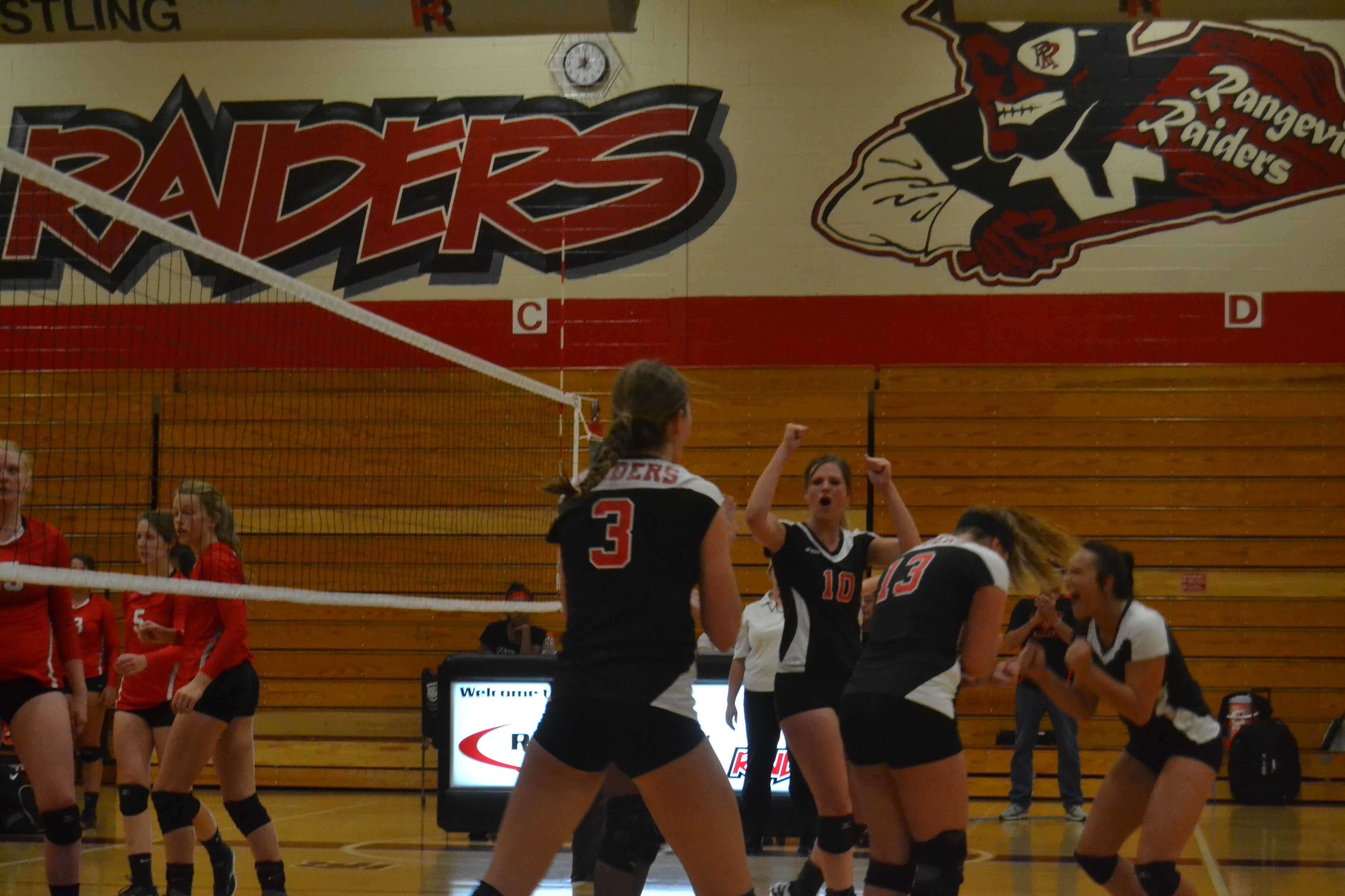 Girls Volleyball keeps EMAC league title alive with win