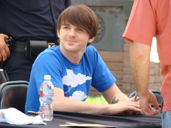 Drake Bell signing autographs. (photo courtesy of Classicalite)