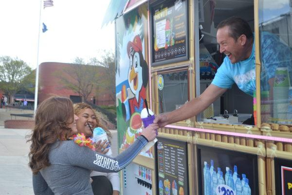 Photo+of+the+Day%3A+RHS+students+say%2C+%22Ice+to+meet+you%22+to+Kona+Ice