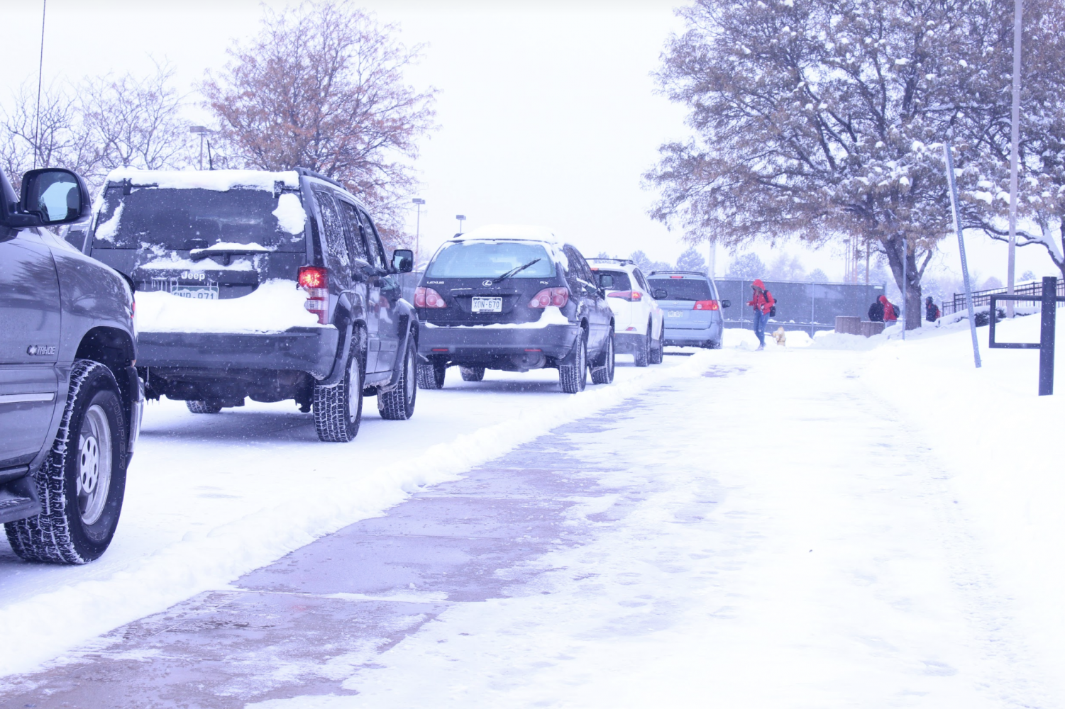 Parents line up to pick up students after school is cancelled early by APS. (Alexis Drummond)