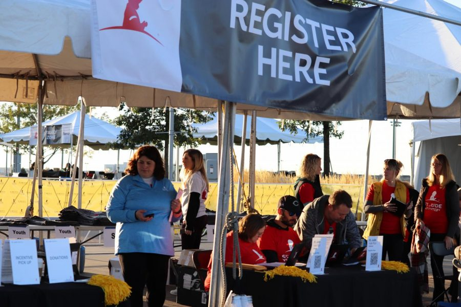 Adult+volunteers+set+up+the+registration+tent+for+participants+early+in+the+morning+at+7%3A00+am.
