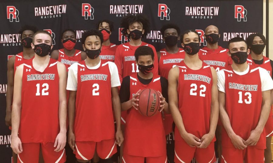 The+Rangeview+boy%27s+basketball+team+poses+with+their+masks+on+before+the+season.