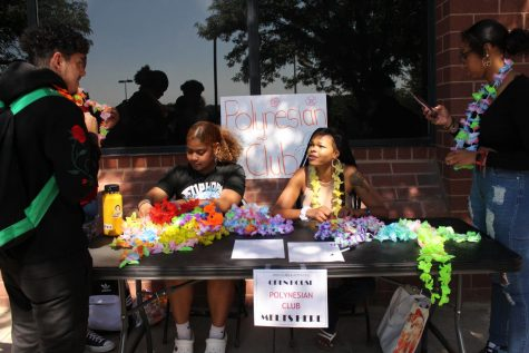 Polynesian club gains the interest of many students by having seniors Shallie Cantero and Zanirah Strong hand out leis. (Photo by Valeria Acosta)